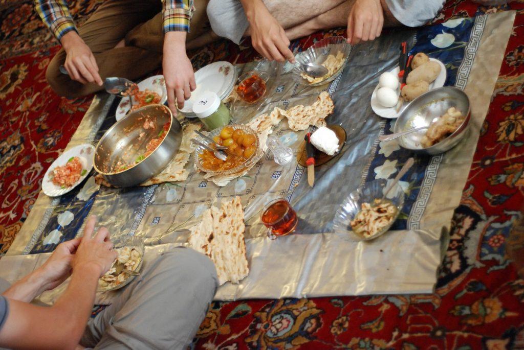 Irańskie śniadanie na ziemi