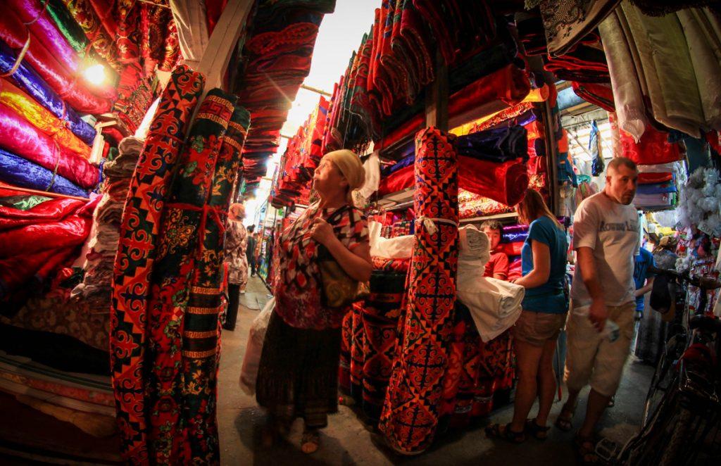 tkaniny na bazarze w osz