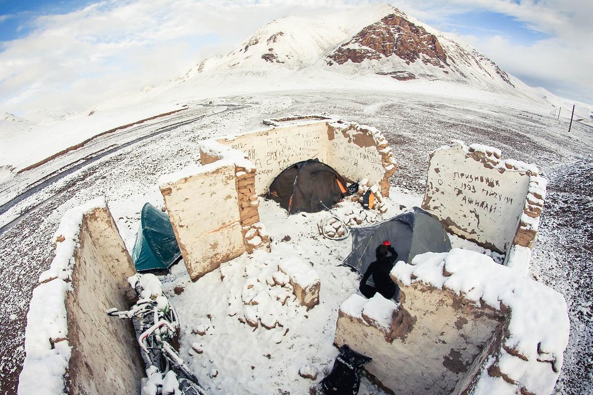 Czasem zdarzy się puststan bez dachu. Niestety jest prawdopodobieństwo, że zmokniemy lub zostaniemy zasypani śniegiem, ale przynajmniej nie wieje i nikt nas nie widzi. Tu nocleg na 4500 metrów. Tadżykistan.