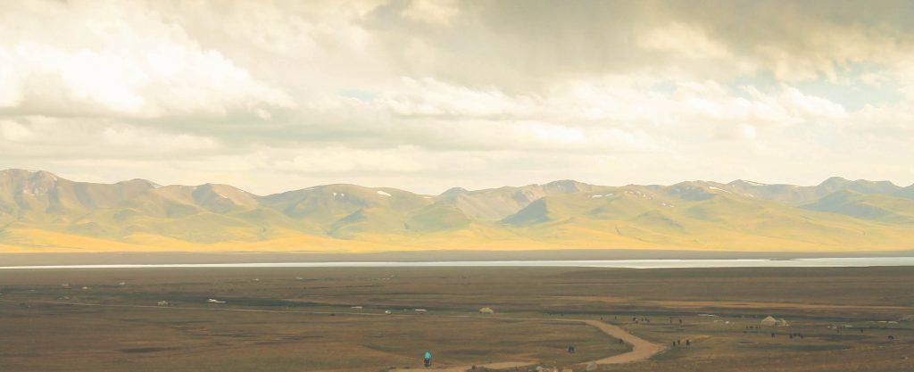 Pierwszy widok na jezioro Song Kul zaraz po pokonaniu przełęczy. Jezioro znajduje się na 3016 metrach!