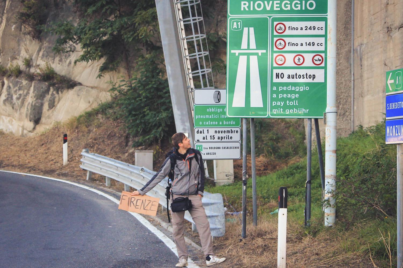 Trzeba pamiętać, żeby nie łapać stopa na autostradach. Zresztą znaki nie pozwolą Ci o tym zapomnieć. :)