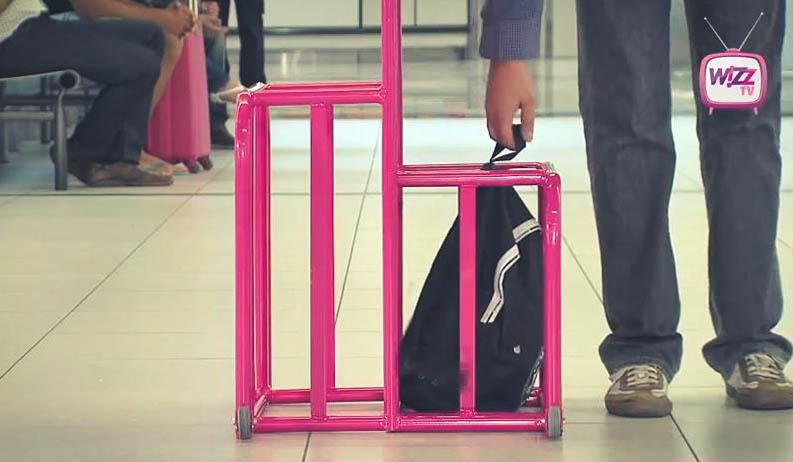 Według WizzAir tak powinien wyglądać mały bagaż podręczny. Tyle niewykorzystanej przestrzeni!