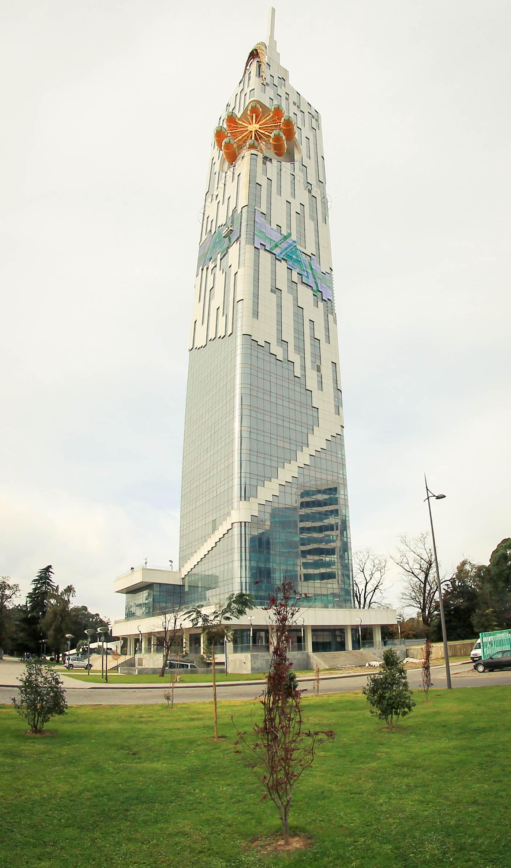 Wysoko nad miastem góruje natomiast gmach uniwersytetu technologicznego, który w dużej części stoi nieużywany. Na samej górze bardzo pasująca do uniwersytetu karuzela dla turystów.