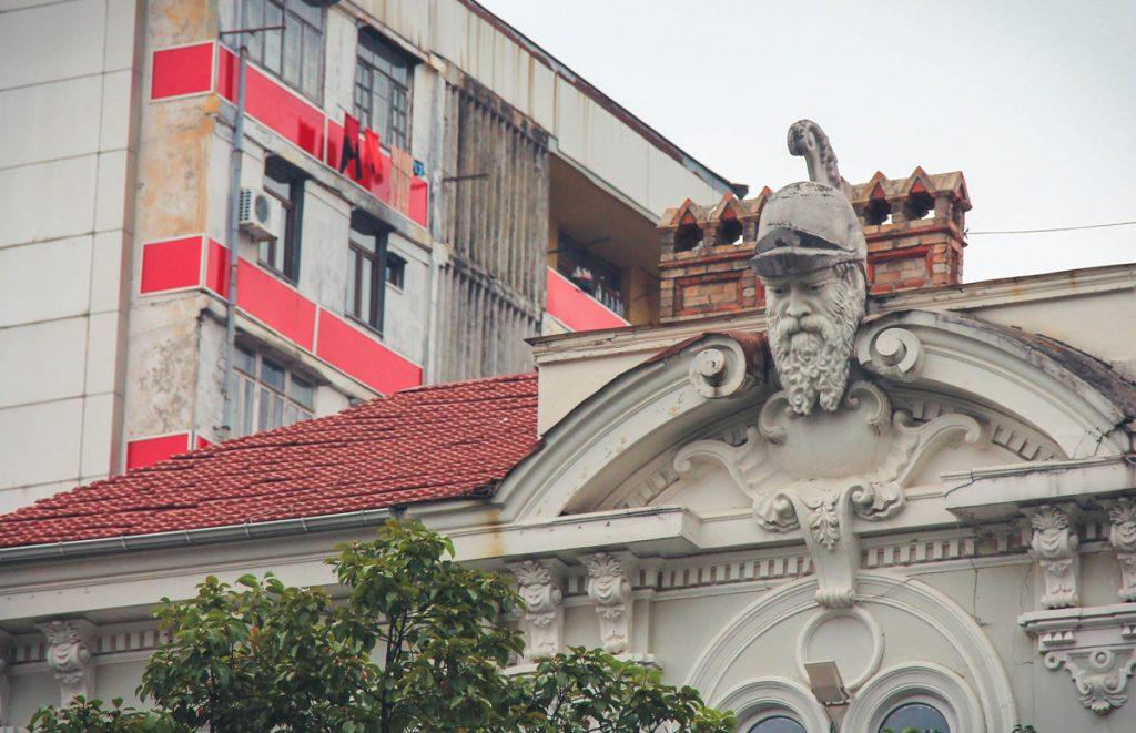 Z dachów na okolicę spoglądają głowy rzymskich (?) legionistów