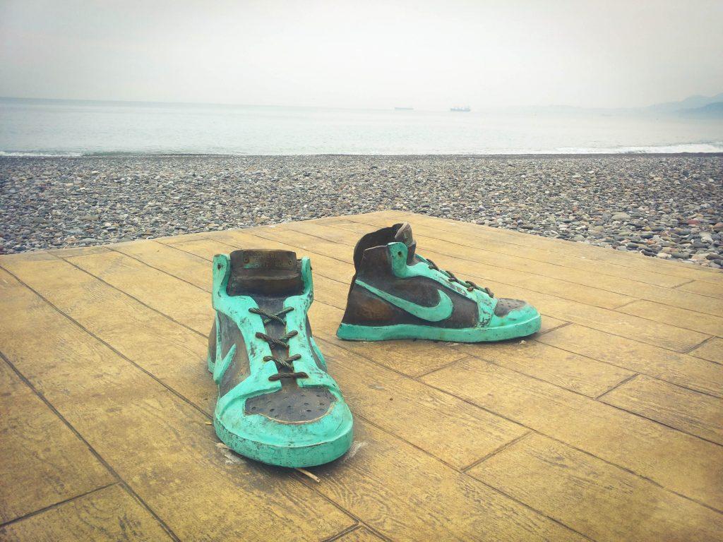 Najciekawsze rzeczy można znaleźć jednak na plaży. Rzeźba - Buty piłkarskie. Autor: Anita Demianowicz