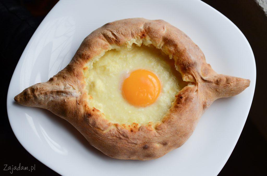 Już po upieczeniu na ser wbija się jajko.