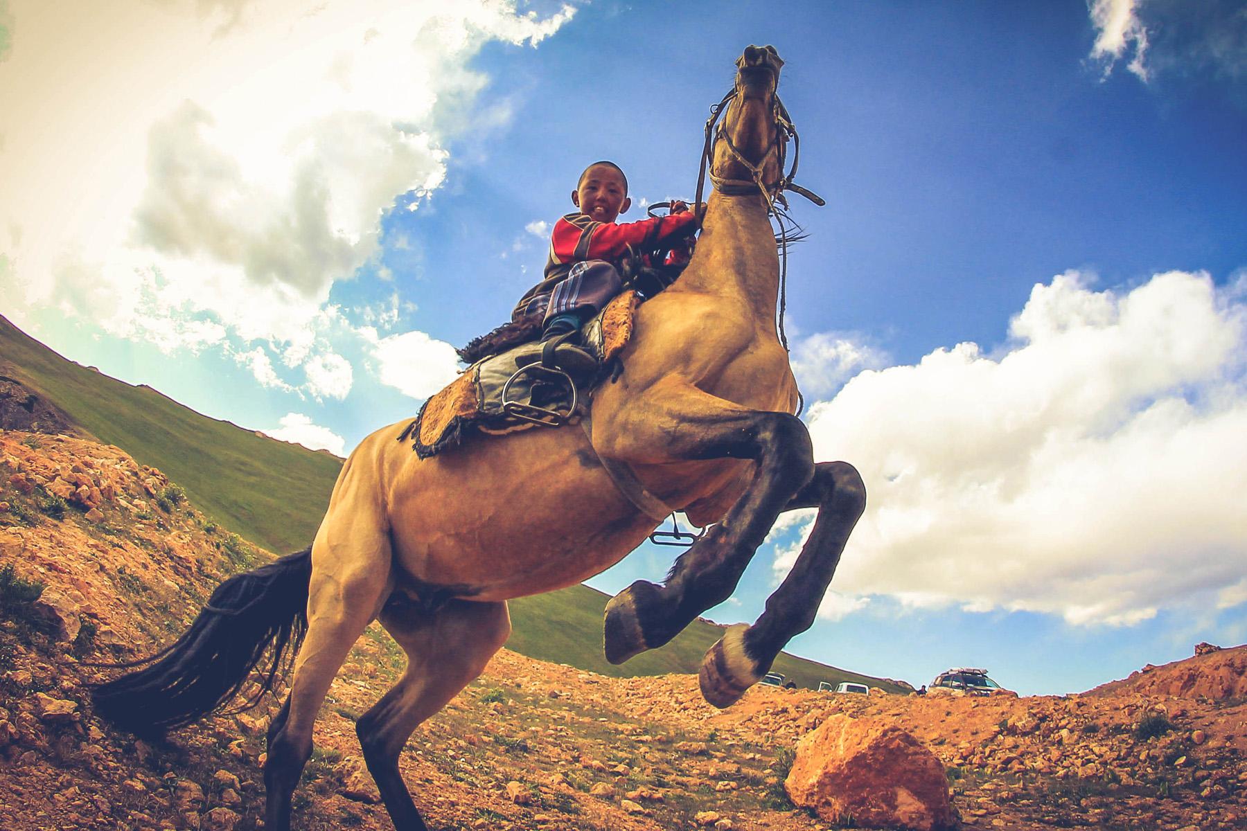 Zdjęcie bez historii. Młody Kirgiz na swoim koniu popisuje się przed obiektywem. Jedno z trzech najbardziej ulubionych tego roku.