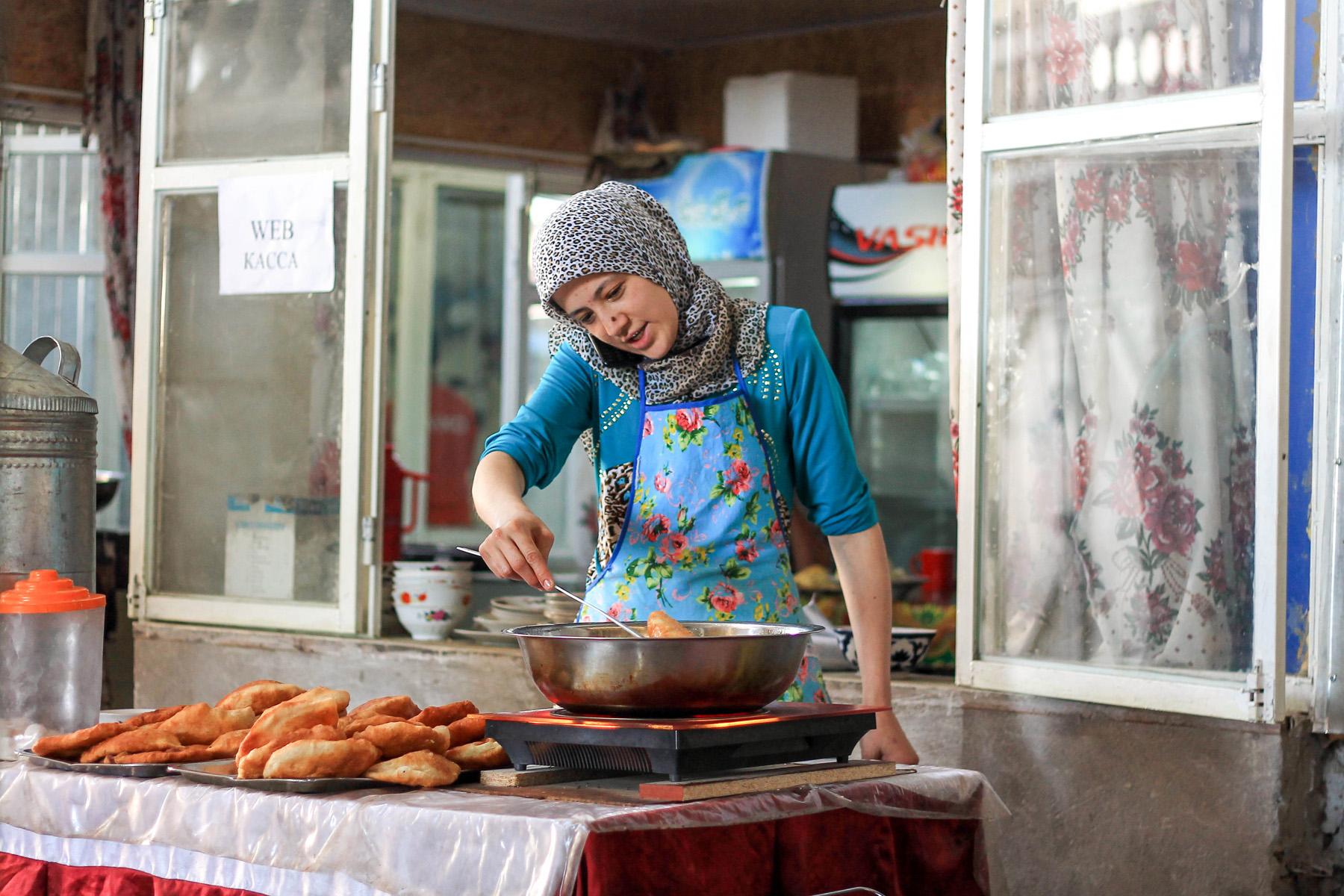 Smażone w całym Kirgistanie i Tadżykistanie chlebki.  Na głębokim tłuszczu, z ziemniakami, mięsem, serem.