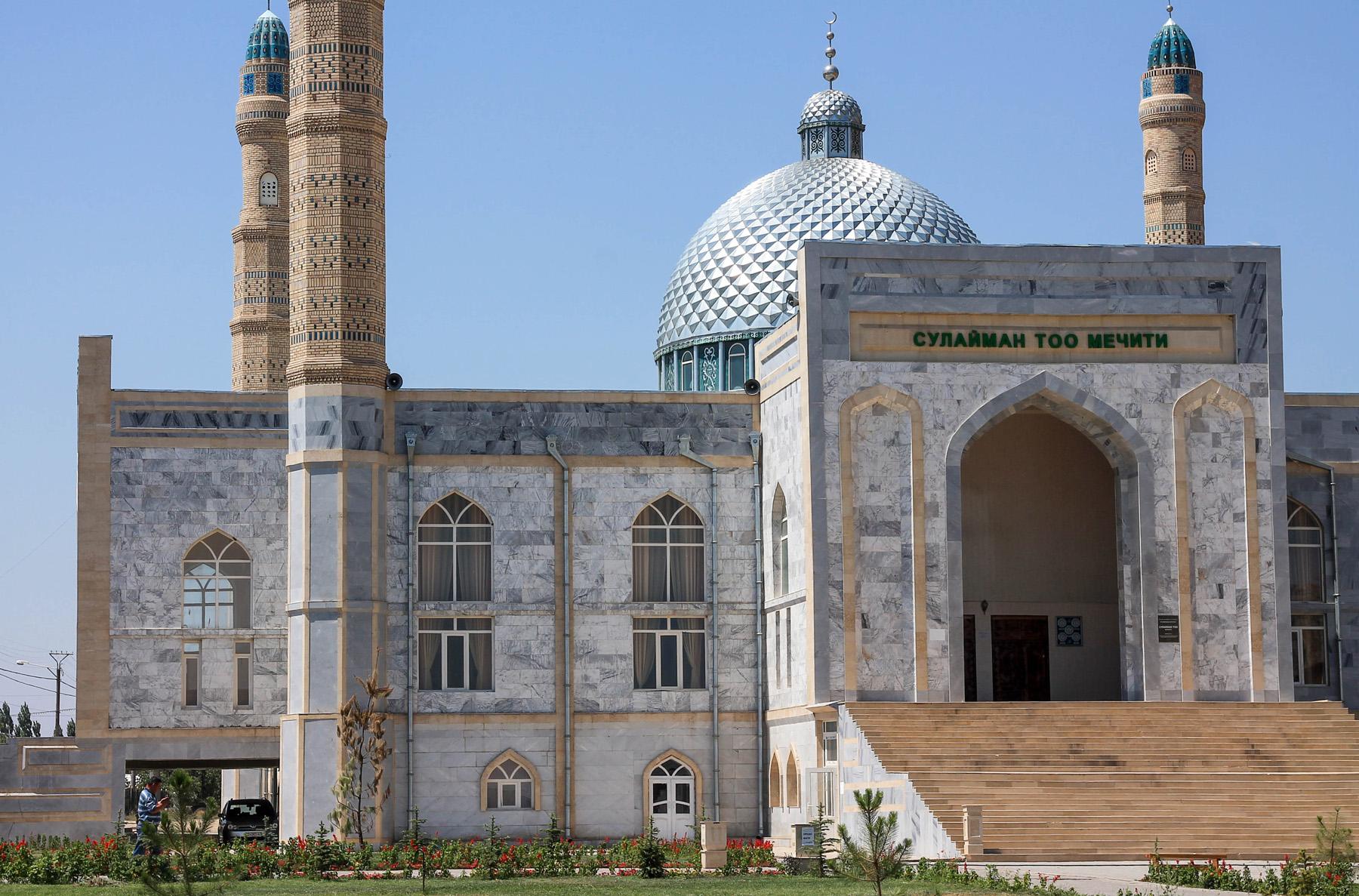 Meczet u podnóża świętej góry.