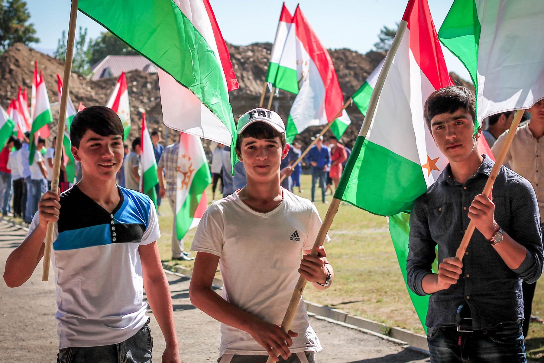 Przygotowania do otwarcia nowego obiektu sportowego. Setki dzieciaków z flagami miało machać synchronicznie, kiedy prezydent będzie przecinał szarfę.