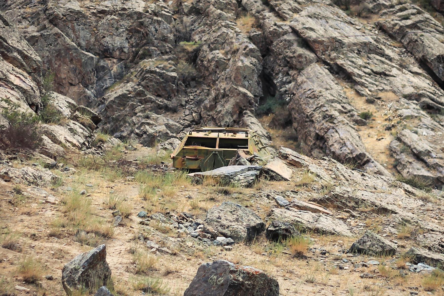 Blisko granicy z Afganistanem można znaleźć ciągle jeszcze wraki po wozach pancernych i czołgach.