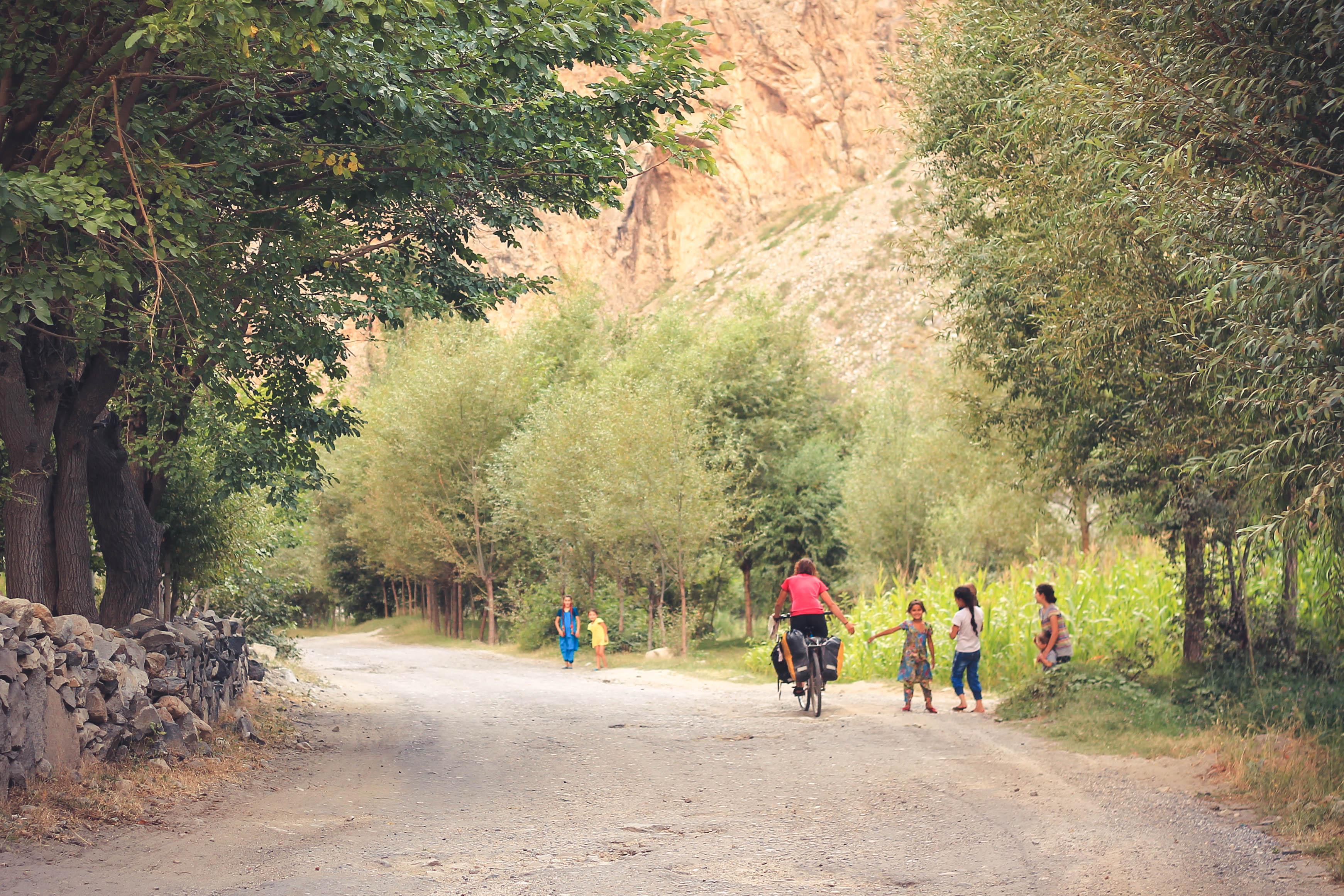 Jadąc na południe w stronę Iszkaszim jest bardzo dużo wsi i jeszcze więcej niesłychanie miłych dzieciaków.
