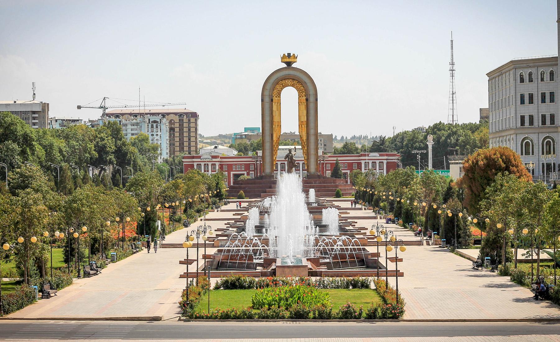 Z tyłu placu pomnik