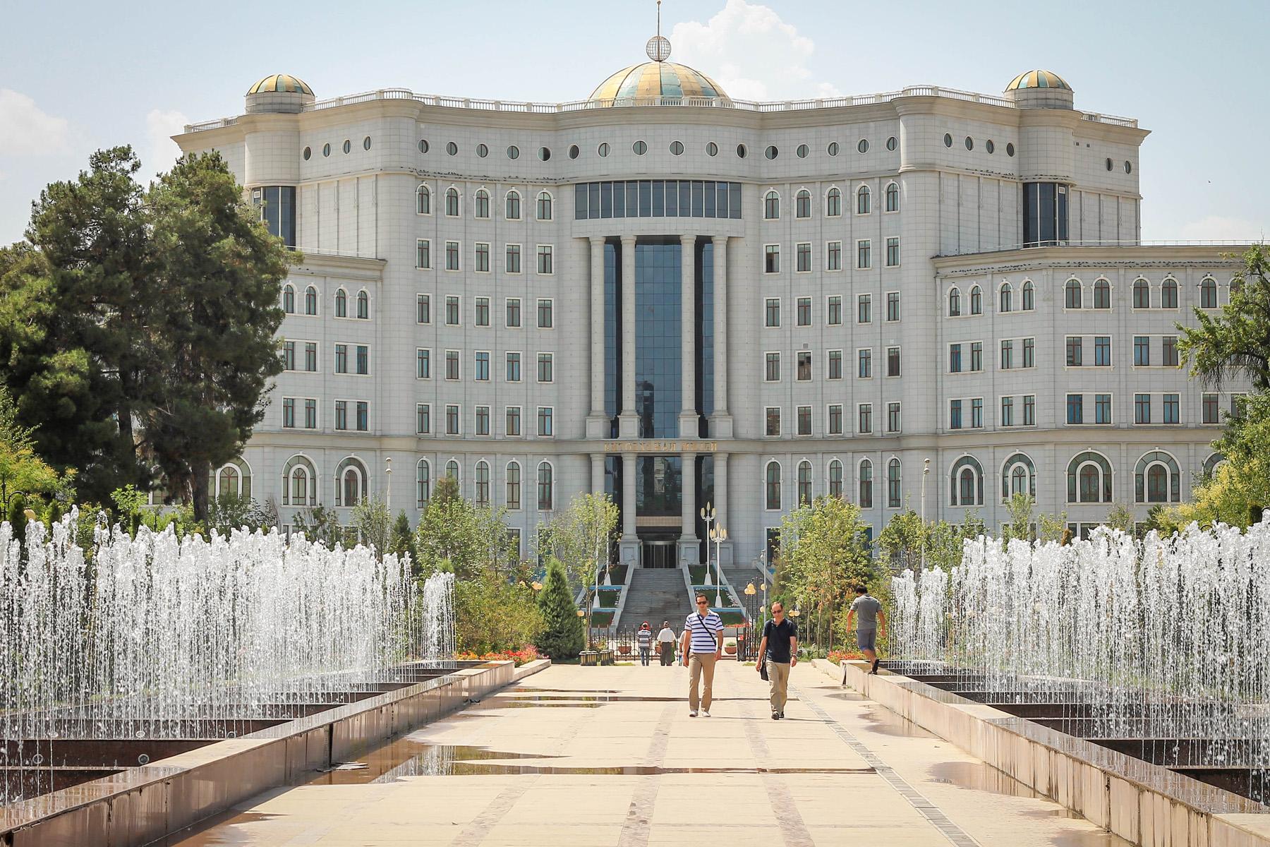 Rządowe budynki zaraz obok pomnika Samoniego.
