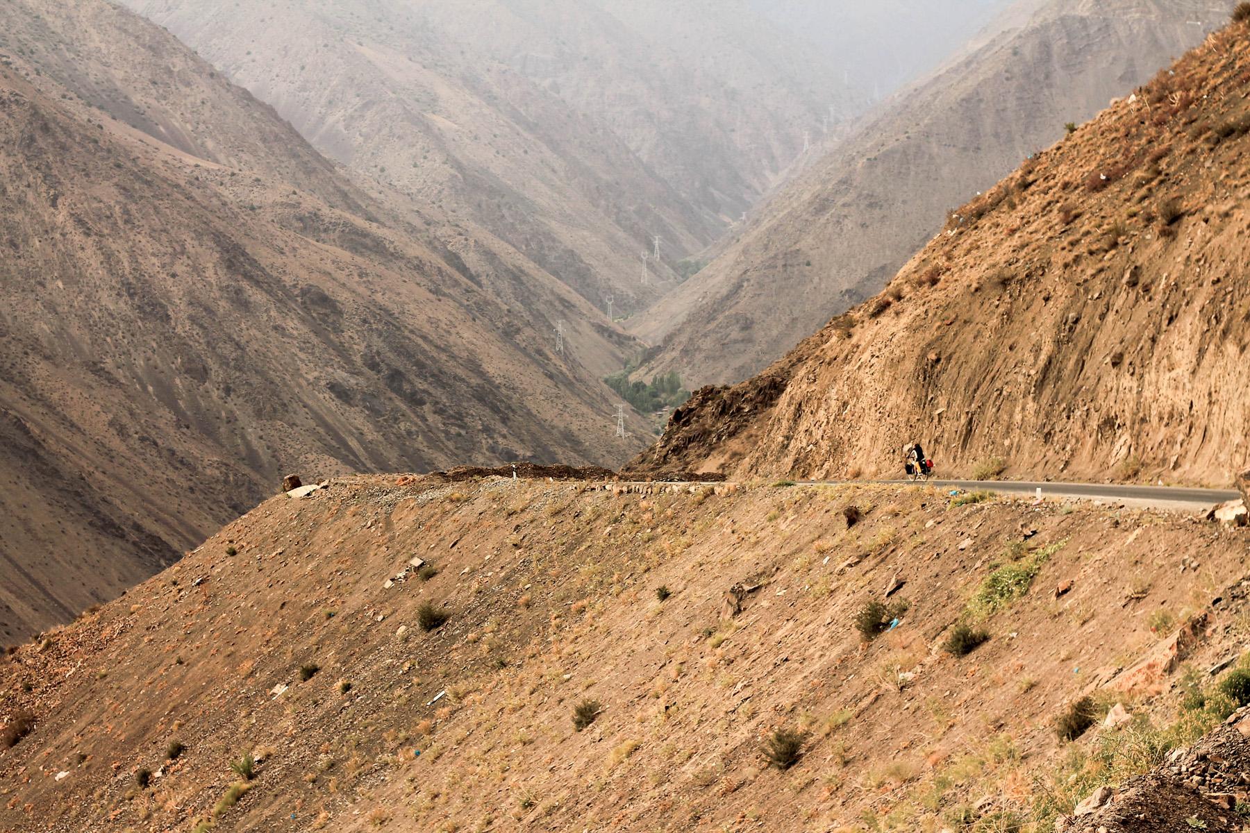 Górska droga pomiędzy przełęczami Anzob i Shahristan.