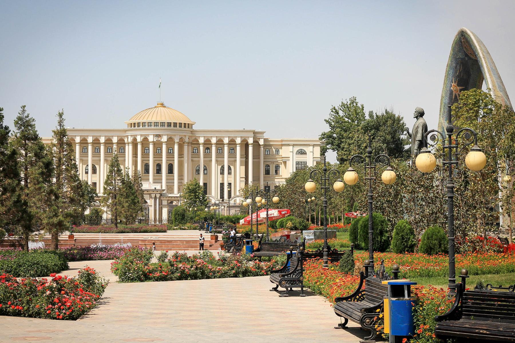 Rządowe budynki, a z prawej pomnik poety