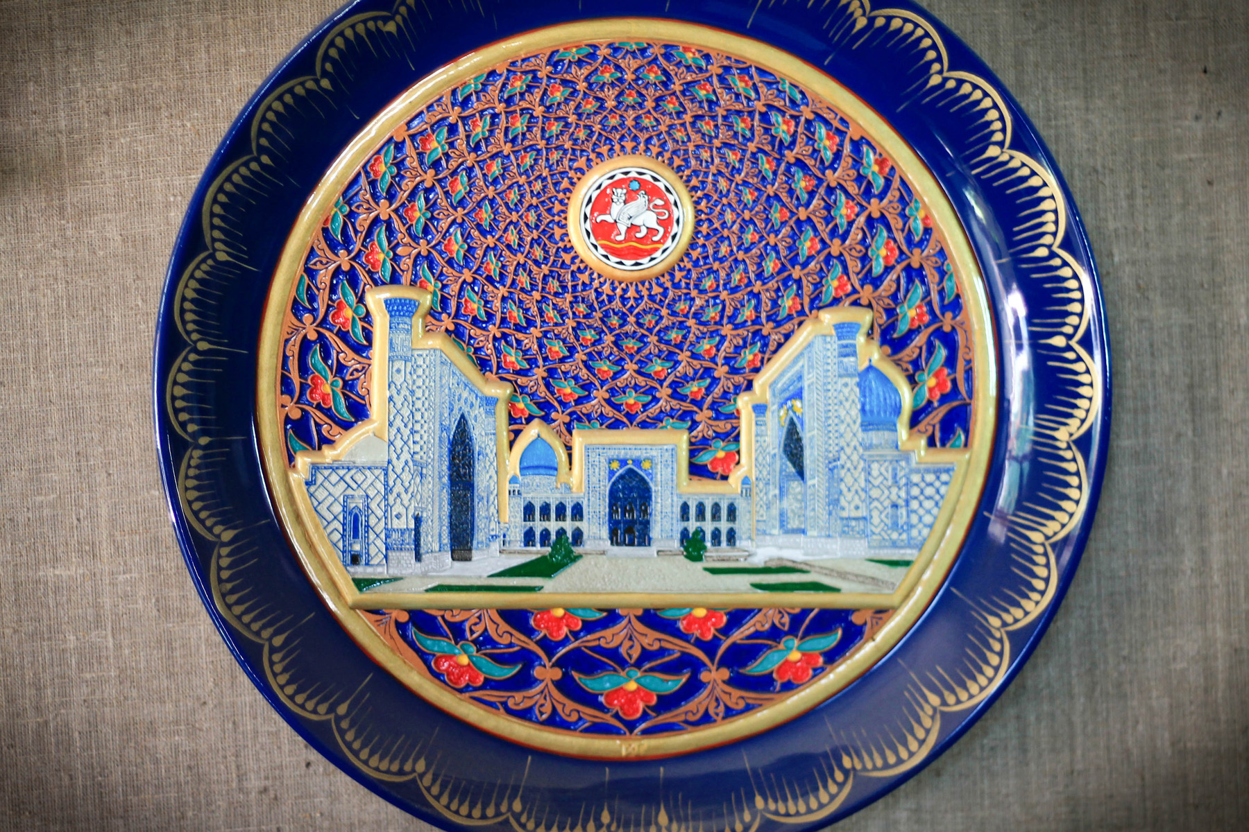 Półmisek przedstawiający Uzbekistan i Samarkandę.