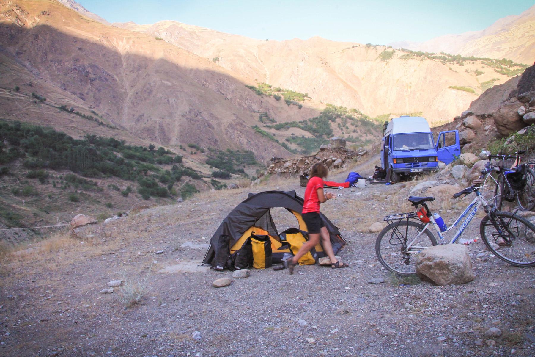 Drugiego dnia jazdy z Janne, upatrzyliśmy sobie bardzo fajną miejscówkę z widokiem na Afganistan. Okazało się, że tę sama wybrali już Niemcy jadący dookoła świata swoim bisikiem.