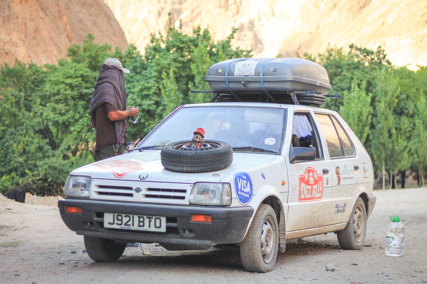 Pojazdy także mogą stanowić ciekawy element krajobrazu. Na ten przykład taki stary wóz biorący udział w charytatywnym rajdzie Mongol Rally - coś w rodzaju naszego Złombolu.