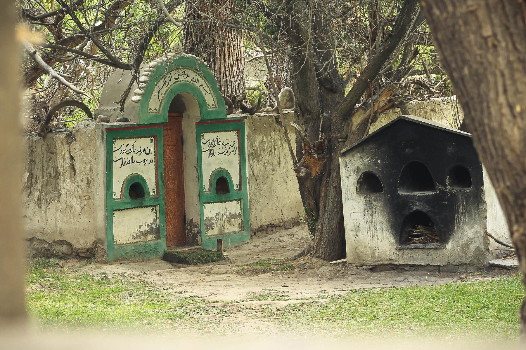 Tak wygląda otoczony murem grobowiec od środka.