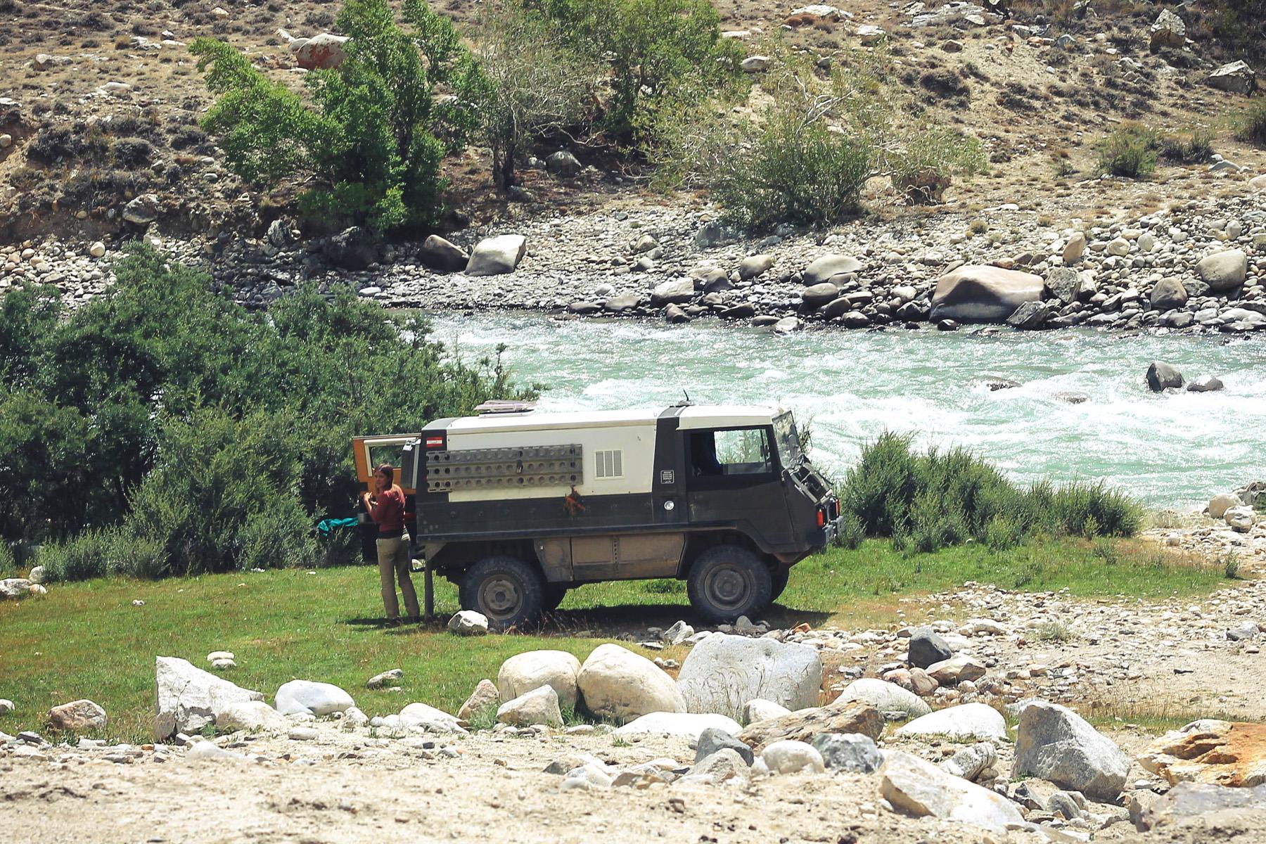 Austriacy jak zwykle na bogato - ni to busem, ni wozem pancernym - przemierzają Tadżykistan.