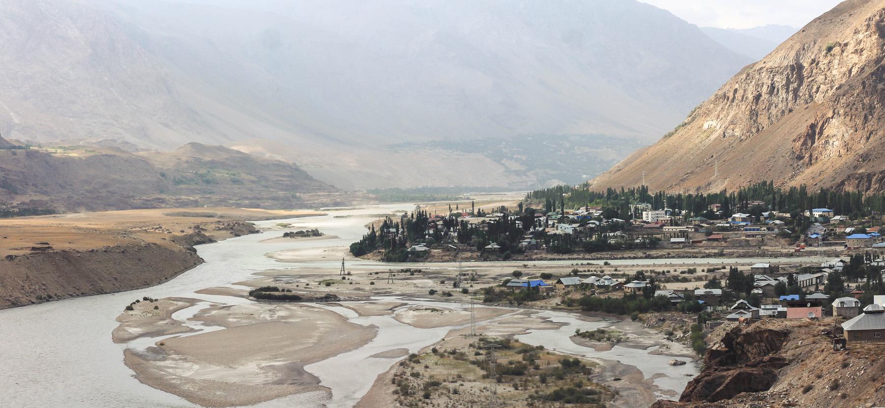 Chorog i rozlewająca się rzeka Pandż. Z lewej Afganistan
