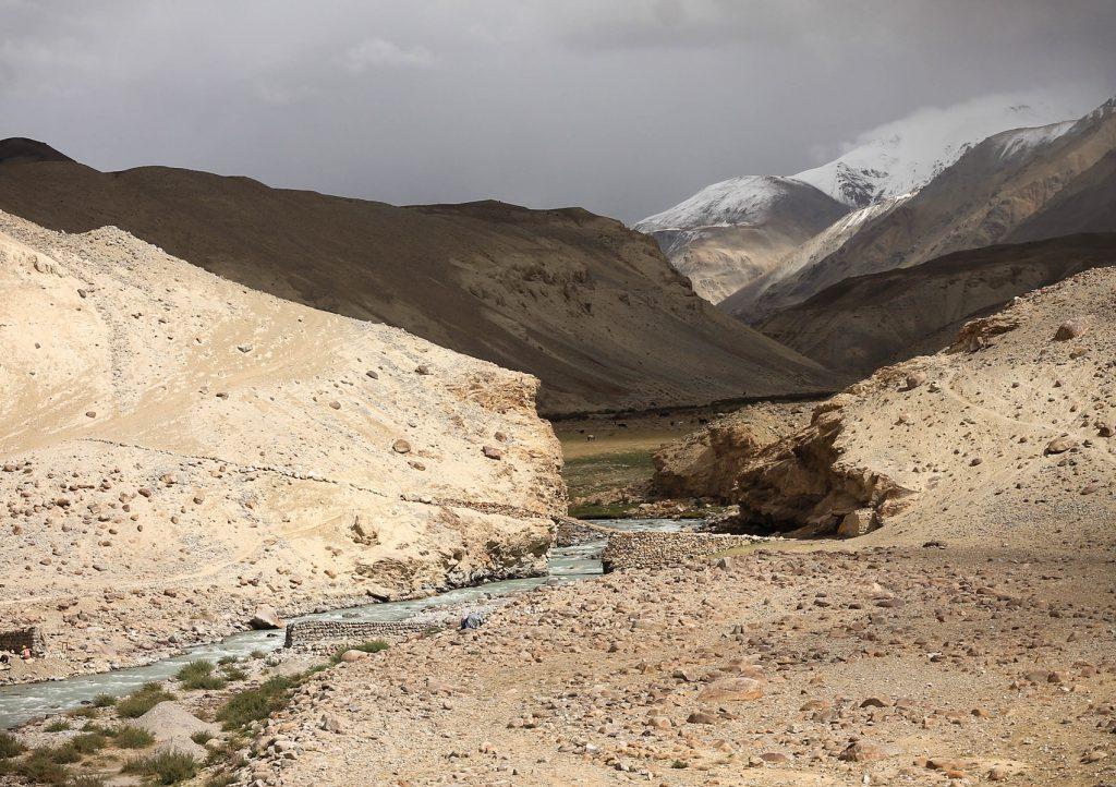 Zanim przejdziemy dalej, kilka zdjęć z Przełęczy Kargusz 4344 m.npm. Tu początek podjazdu o poranku