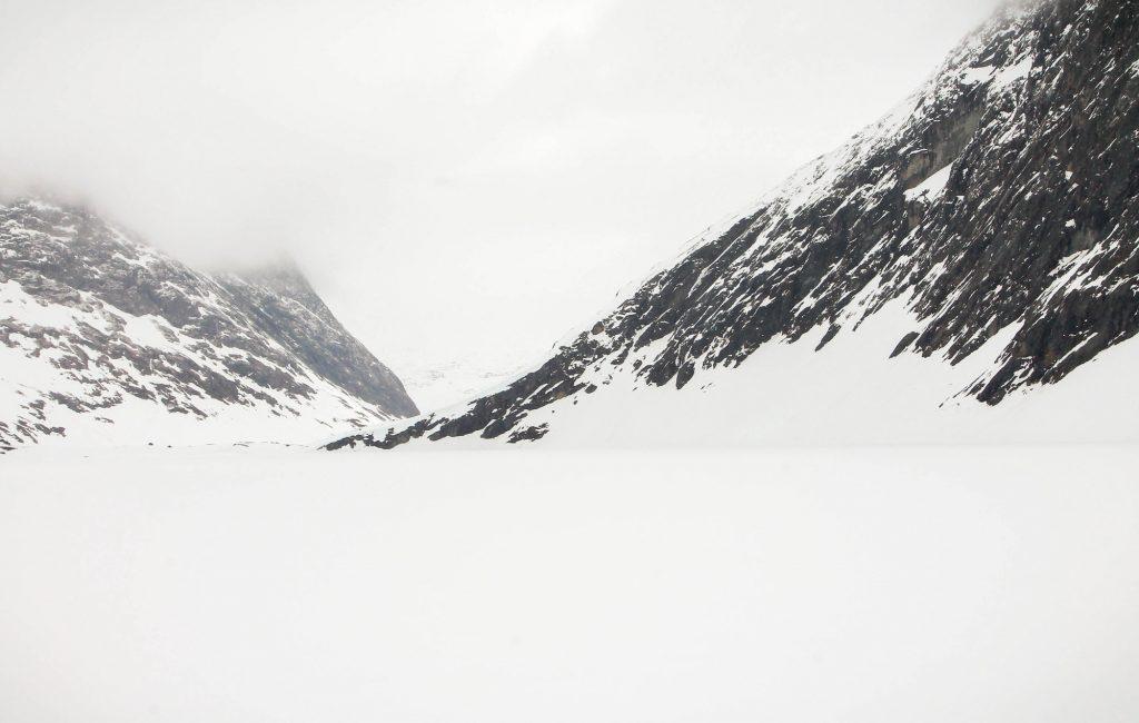 Na przełęczy nad Geiranger. Stąd jedzie się na widokowa platformę, szczyt Dalsnibba, który akurat jest jeszze zamknięty ze względu na zalegający śnieg. To jedna z głównych atrakcji turystycznych w Geiranger.