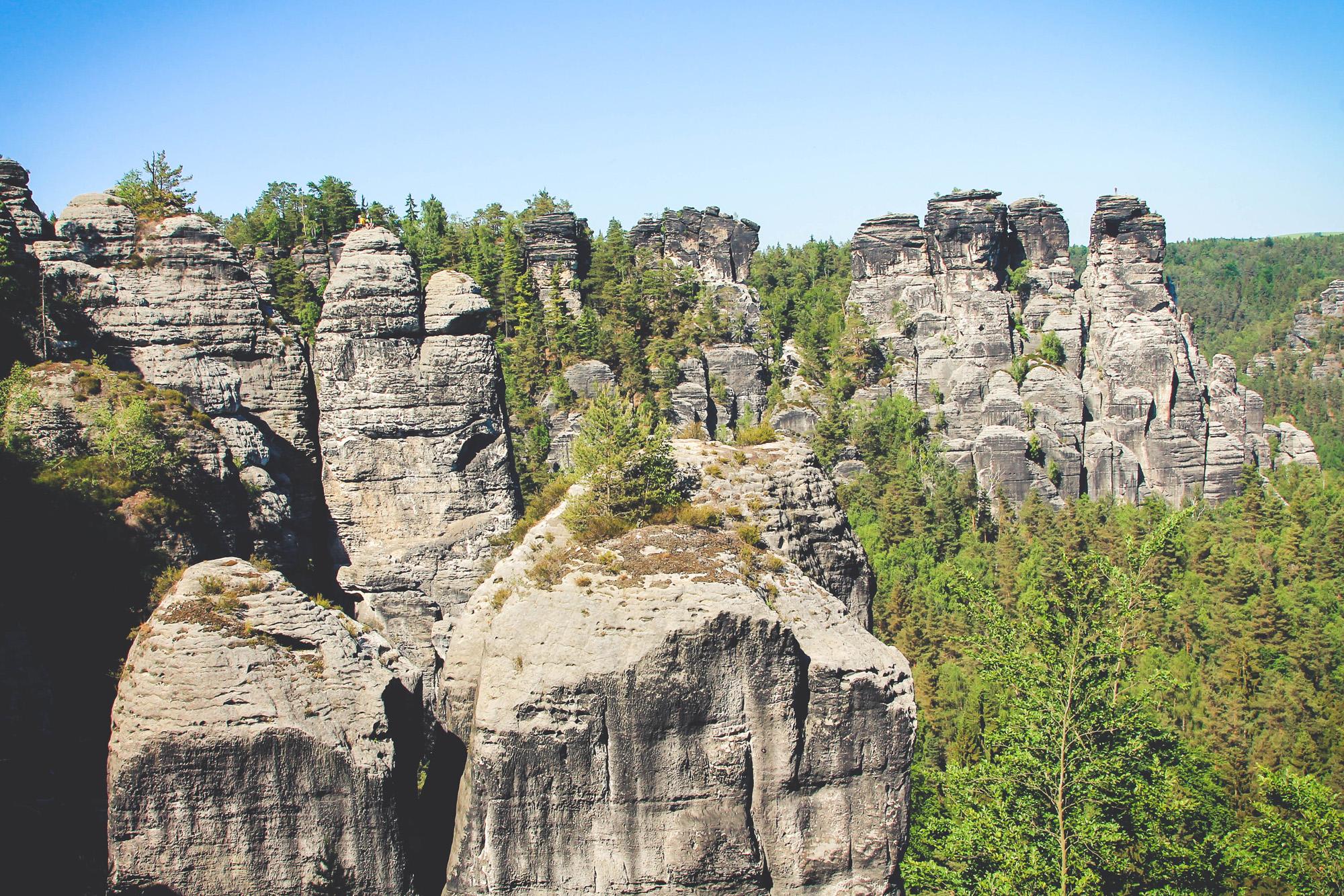 Na ilu czubkach skalnych widzicie ludzi? Na co najmniej dwóch ;)