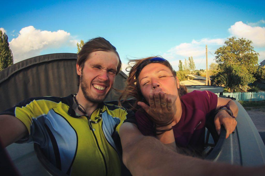Selfie przez szyberdach kirgiskiej ciężarówki złapanej na stopa ;)