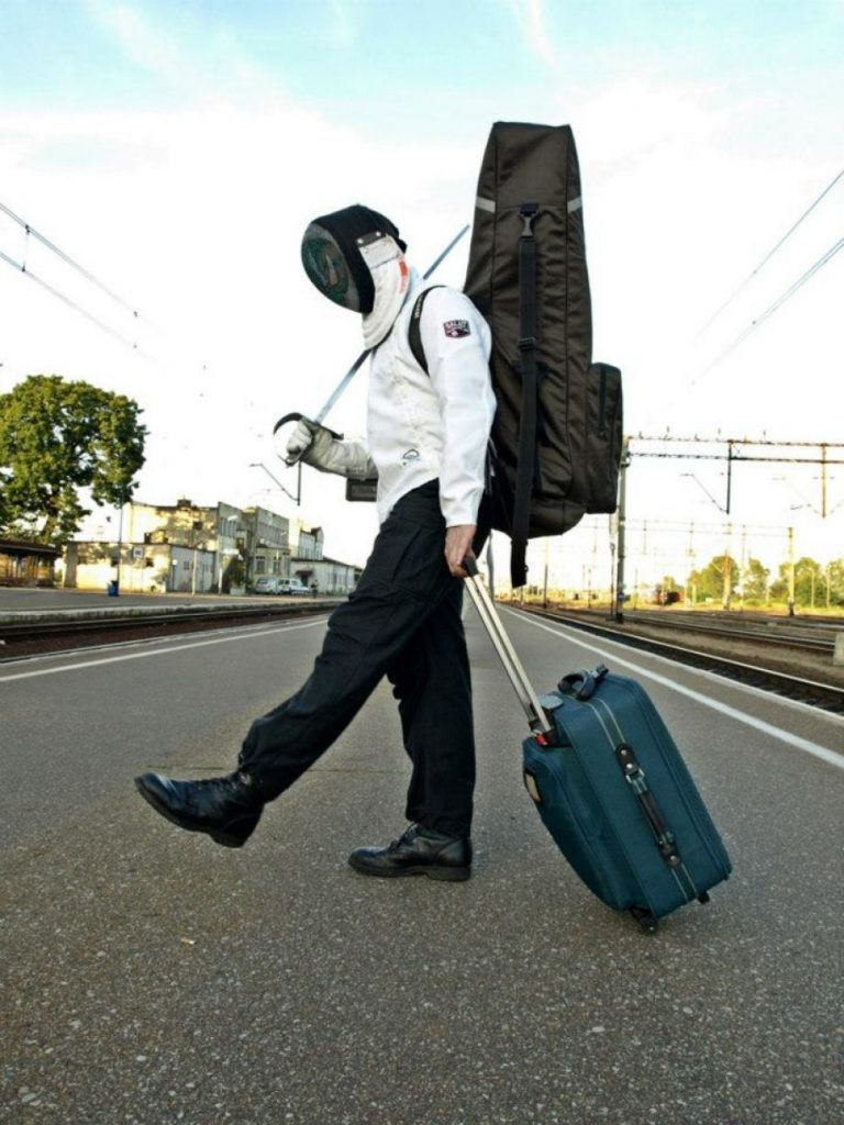 Wyjeżdżam na obóz szermierczy w Sudetach, czekam na przesiadkę na stacji kolejowej w Krzyżu Wielkopolskim.