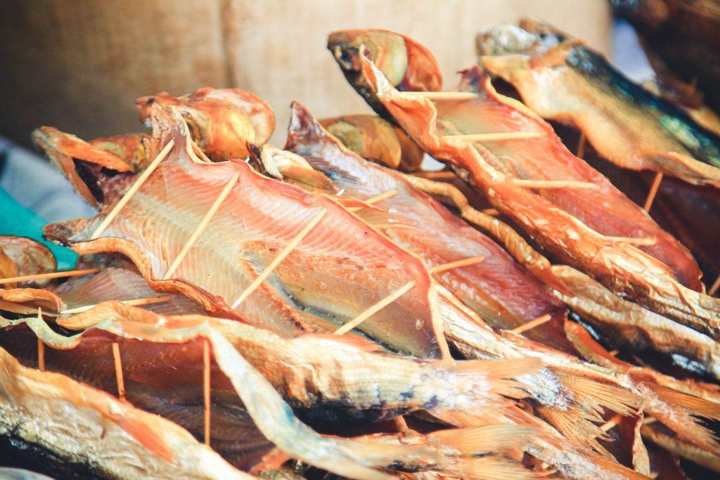 Omule Bajkalskie. Ryby żyjące tylko w Bajkale. Wędzone na zimnym i gorącym dymie, często sprzedawane przy drodze.