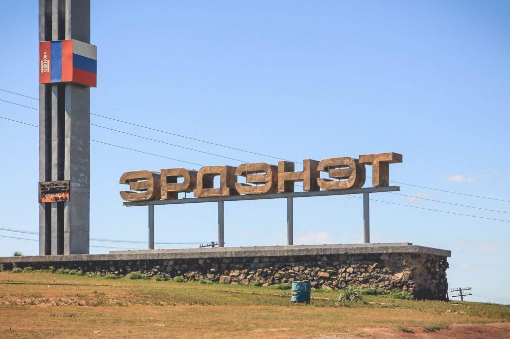 """""""Erdenet"""" przy wjeździe do miasta. W wielu miejscach widać Rosyjskie flagi."""