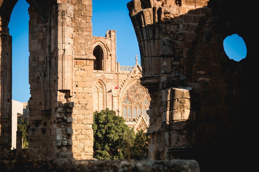 Katedra przekształcona na Meczet została w XVI wieku po podboju osmańskim.