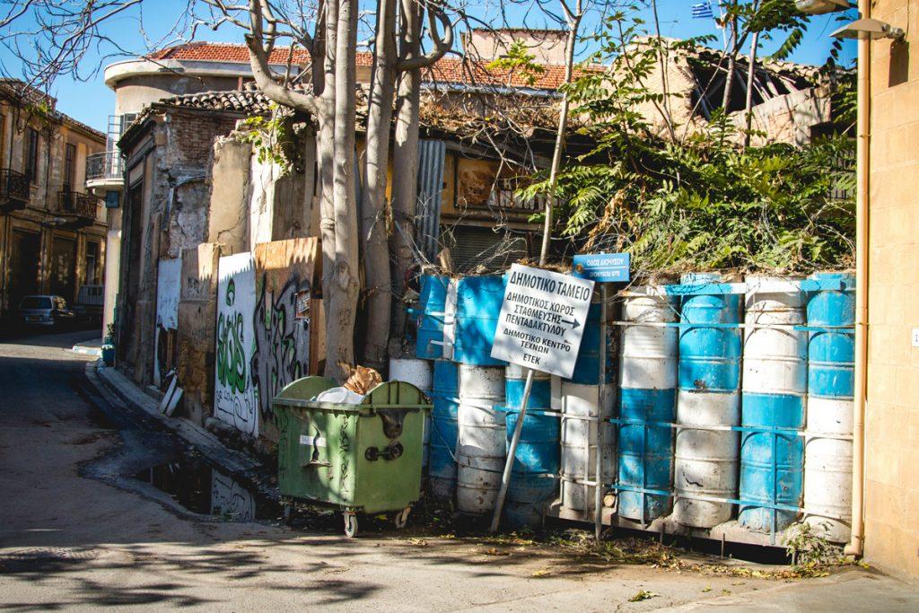 Nikozja - miasto podzielone na połowę. Tutaj akurat graniczna barykada.