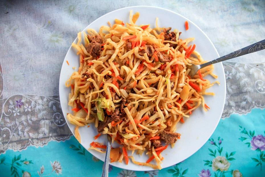 Tak dla przykładu wyglądał Cujwan jedzony w w sąsiedztwie rewelacyjnego klasztoru Amarbayasgalant