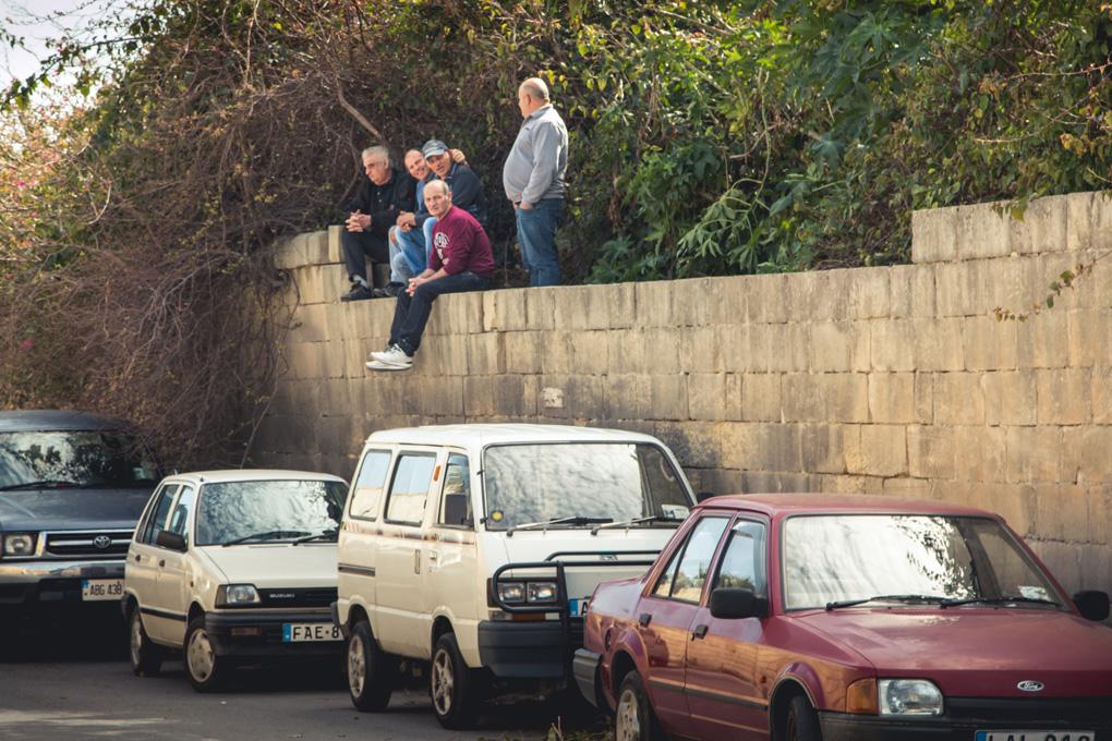 Kibice, których nie stać na bilet czekają na wyścig na okolicznych murkach