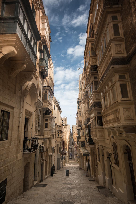 Ciasne, zacienione i ciche o tej porze roku uliczki Valletty