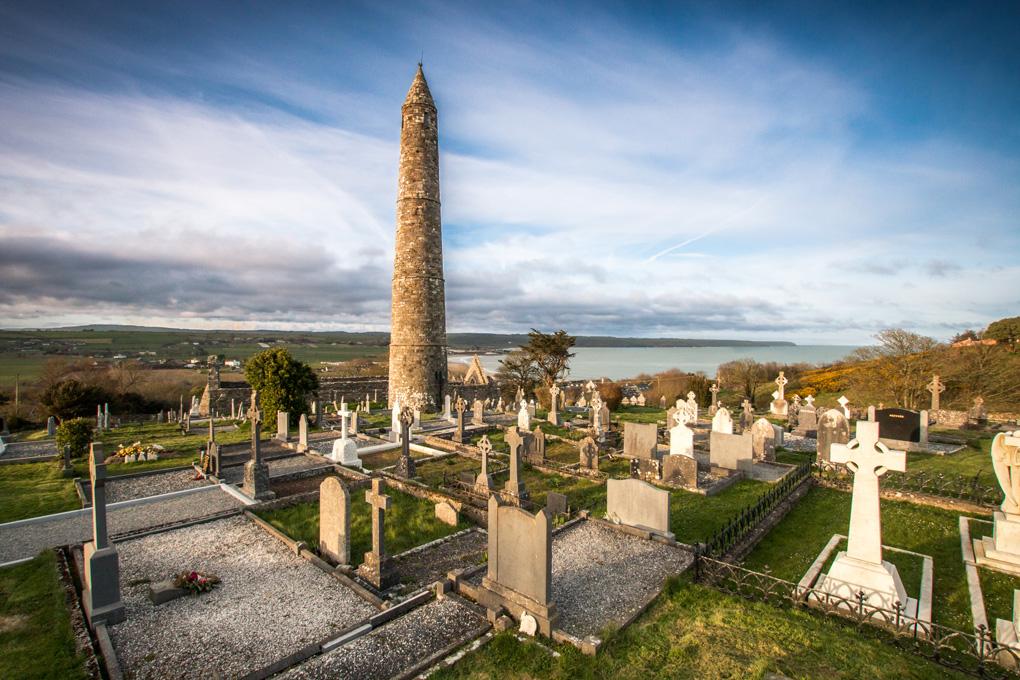 Na wzgórzu ponad Ardmore. Ardmore uznaje się za najstarszą osadę chrześcijaństwa na wyspie.Święty Declan chrystianizował te obszary kilka dekad przed Świętym Patrykiem.