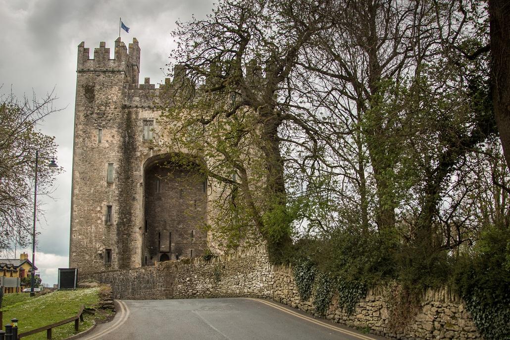 Zamek Bunratty widać na szczęście z drogi