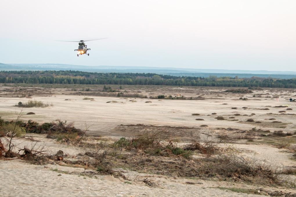 Ćwiczenia spadochroniarzy na pustynii bledowskiej