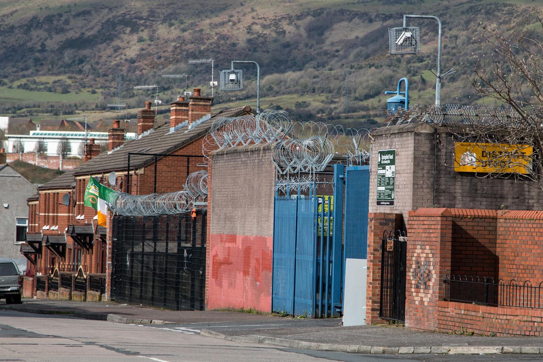 """Mury nazywane """"Ścianami Pokoju"""", który mają chronić jedną społeczność od drugiej, a których aktualna długość wynosi łącznie ponad 30 kilometrów. Znajdują się w Derry, Portadown i w kilku innych miastach Irlandii Północnej, ale to w Belfaście jest ich najwięcej."""