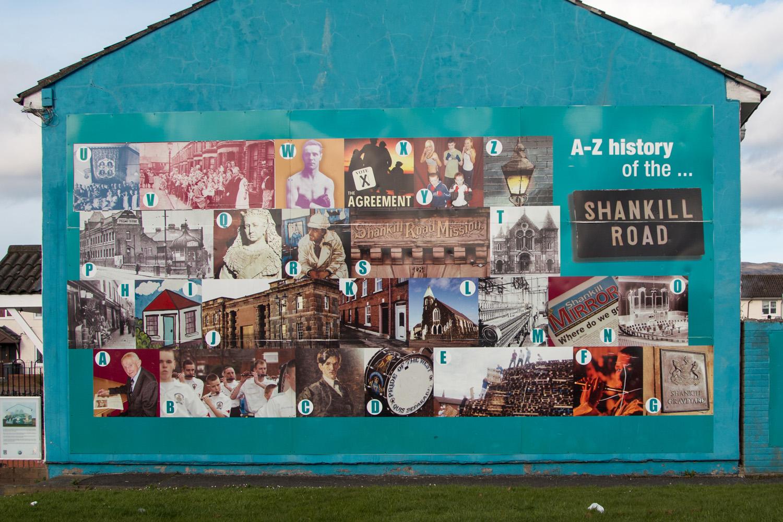 """Nie wszystkie murale jednak nawiązują do """"Kłopotów"""". Tutaj przedstawiona jest historia Shankill road. Jej znani i szanowani ludzie, ale też i ważne miejsca."""