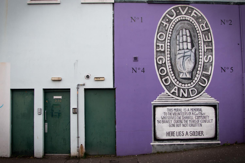 Mural ku pamięci bojowników UFV - Ulster Volunteer Force, czyli organizacji paramilitarnej stworzeonej w 1966 i działająca nadal wśród północnoirlandzkich protestantów. UFV rganizowała zamachy terrorystyczne wymierzone w katolickich mieszkańców Irlandii Północnej