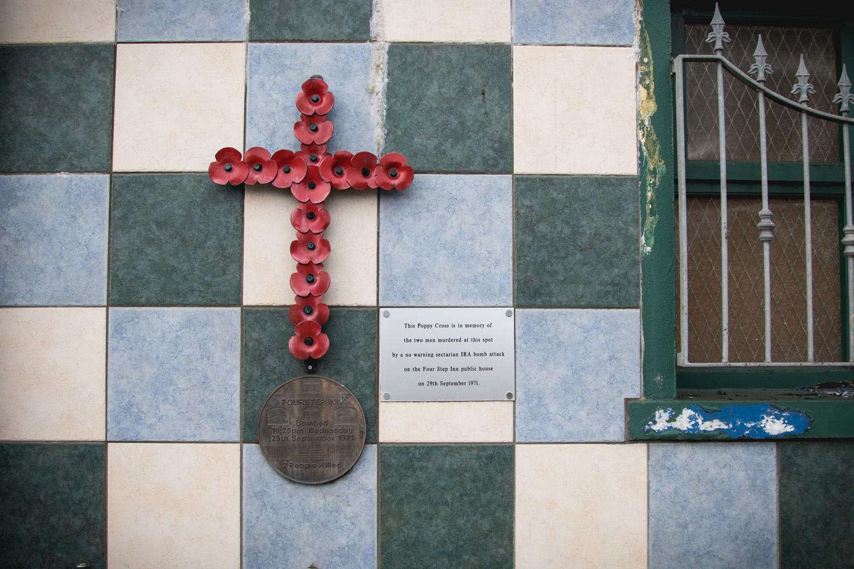 """""""Ten krzyż upamiętnia 2 mężczyzn zamordowanych podczas ataku bombowego w tym miejscu bez ostrzeżenia przez sekciarzy z IRA w 1971 roku"""""""