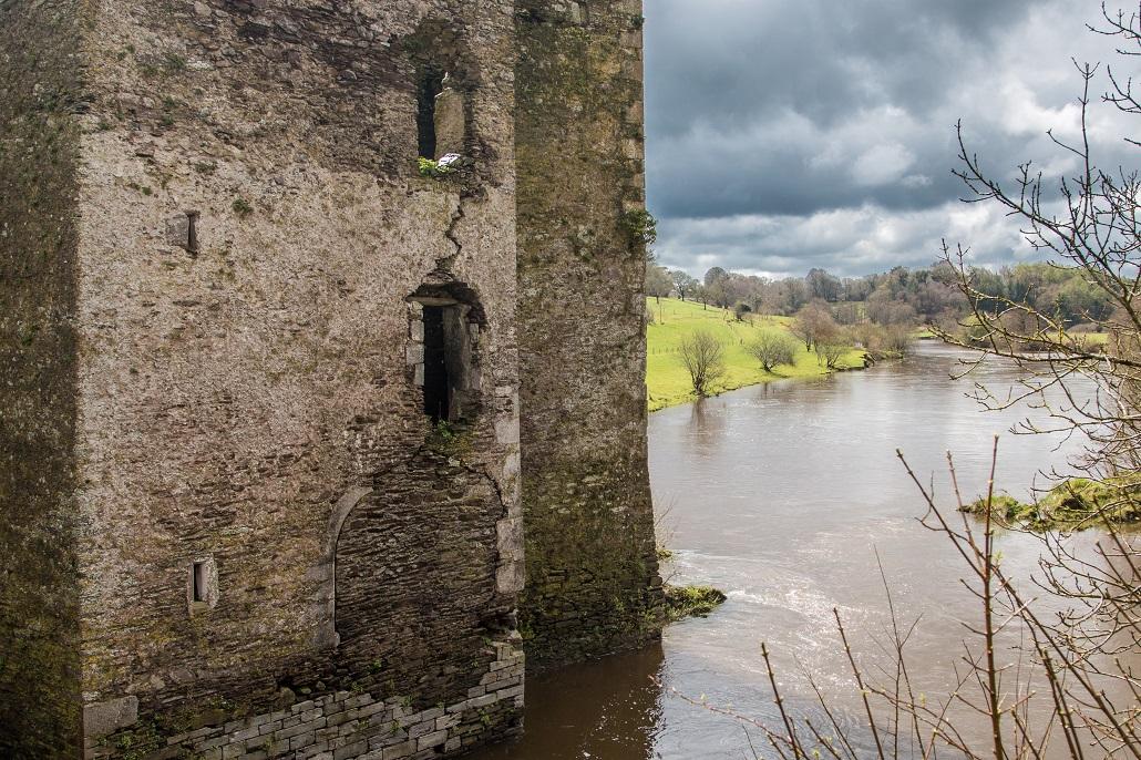 Zamek Irlandia nad rzeką ruiny