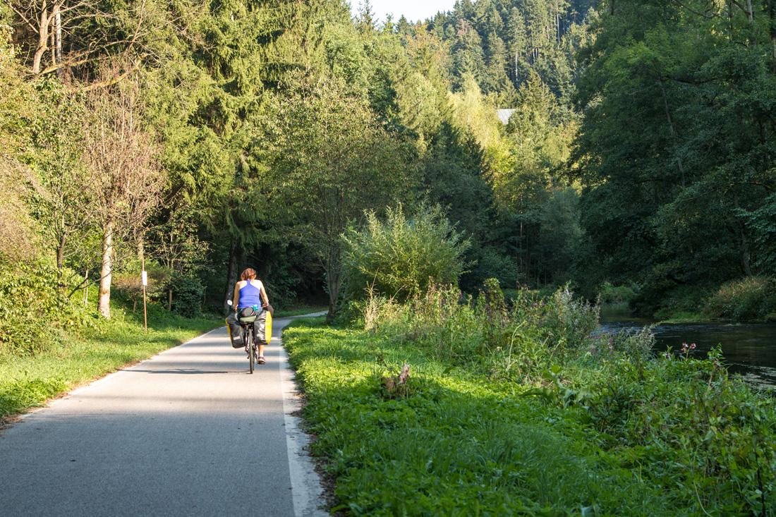 sciezki-rowerowe-w-czechach-sciezka-wzdluz-rzeki-metuji